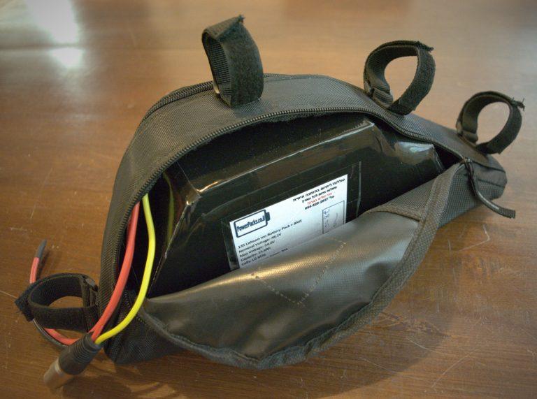 סוללת ליתיום משולשת בתוך תיק